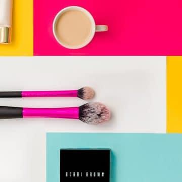 flatlay cu produse cosmetice in studio